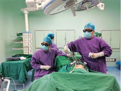 """攻坚克难!""""脱棉袄""""式手术,专家团队微创完成肾癌根治性切除术"""