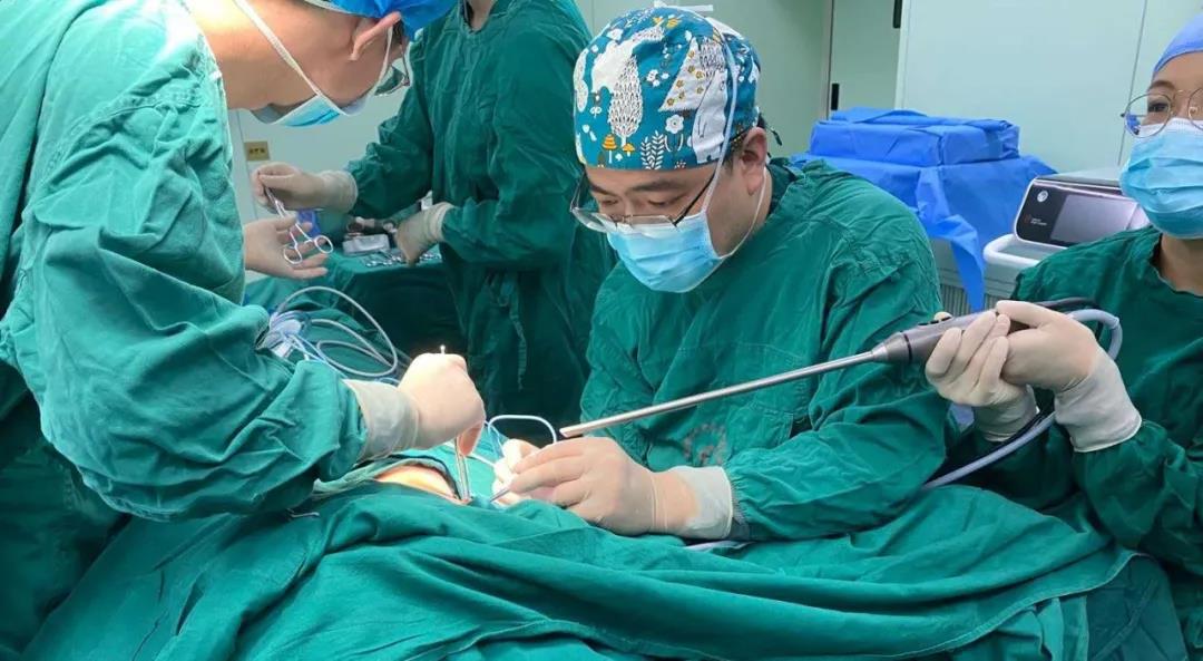 24岁女教师患上甲状腺癌,为避免颈部疤痕专家从腋窝动刀