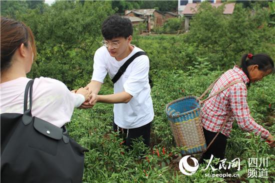"""青春力量助脱贫 """"西南财大""""学子暑假实践走进荣县贫困村"""