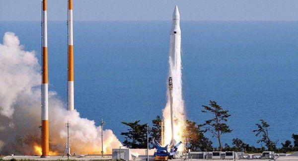 """资料图片:韩国发射""""罗老""""运载火箭资料图。(韩国国防部官网)"""
