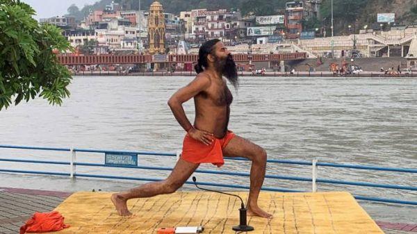 """印度瑜伽大师""""新冠灵药""""引争议"""