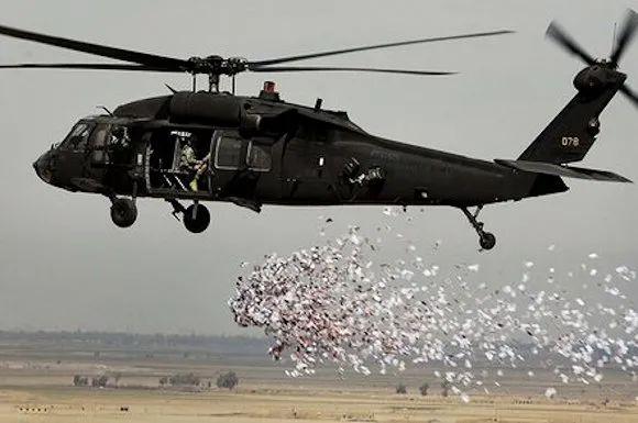 正在空投传单的美国飞机。图片来源:《华盛顿邮报》