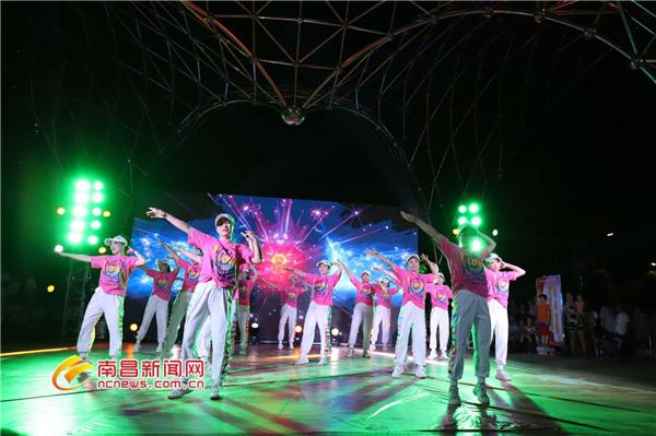 一场体育与城市的互动 首届南昌体育夜市点燃运动激情