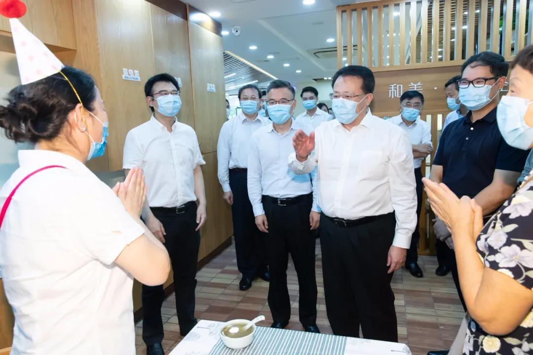 推动上海养老更充分、更均衡、更优质!龚正调研养老服务机构