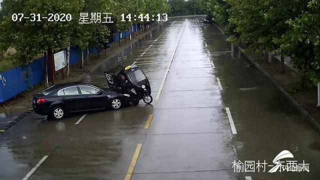 潍坊:降雨天气道路湿滑 小轿车刹车不及撞上电动三轮
