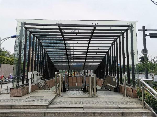 杭州40处过街地道出入口加装雨棚,为雨雪天气过街再加一道安全防线