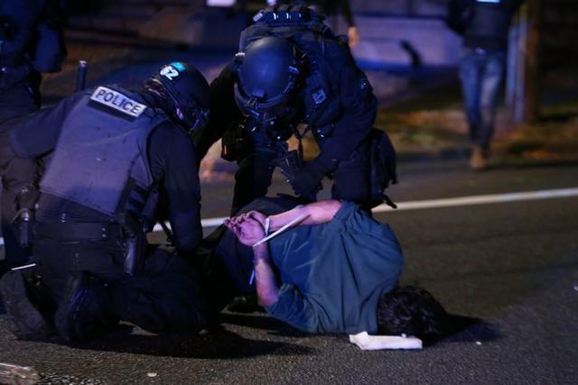 美国波特兰抗议活动持续 警方与示威者再度冲突