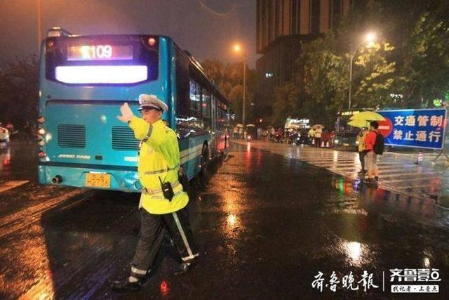 公交加密班次方便市民出行,实拍限行后的济南泉城路步行街