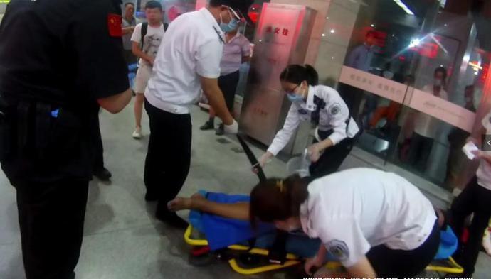 男子中暑昏倒南京站 民警及时救助