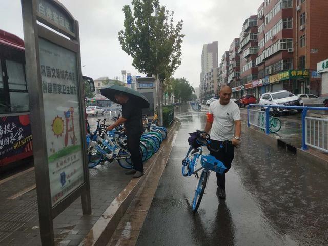 乘客不规范停放共享单车 公交公司工作人员主动清理