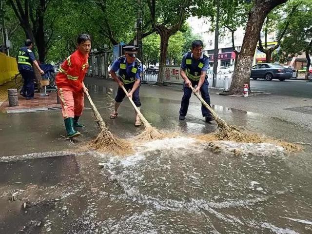积水不排除,我们不撤离!济宁多部门战暴雨、保畅通