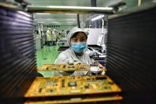 开庆经重科盟讯区MST技间产车生员作人工查在检正像盘录硬。芯片带郭旭 摄。