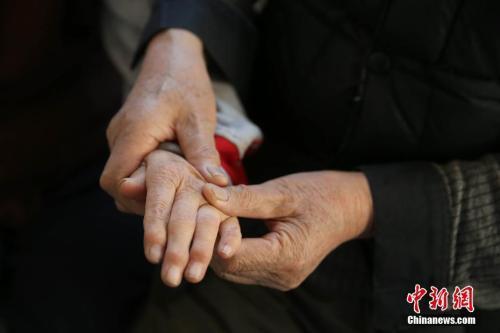 阿尔茨海默病患者家庭:疾病夺走的 不止是记忆
