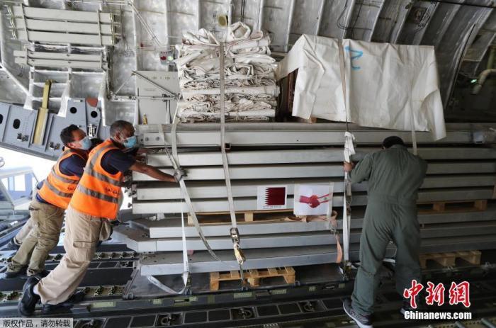 当地时间8月5日,卡塔尔多哈郊外,卡塔尔开始从乌德空军基地向黎巴嫩运送野战医院和医疗援助物资。