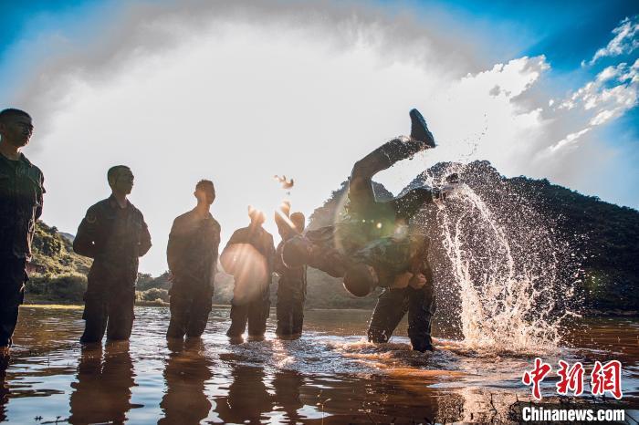 武警官兵在水上两两捉对厮杀,检验战斗技能。 张宸硕 摄