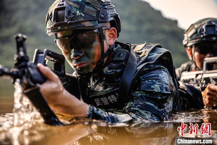 武警官兵通过水域隐蔽潜入敌后方。 张宸硕 摄