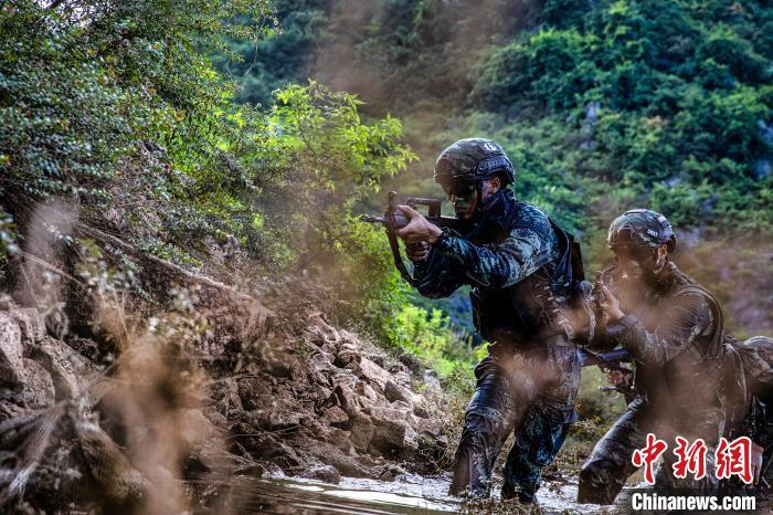 武警官兵向前方隐蔽搜索前进。 张宸硕 摄