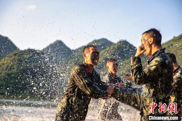 武警官兵在水上实打实贴身肉搏,锤炼血性虎气。 张宸硕 摄