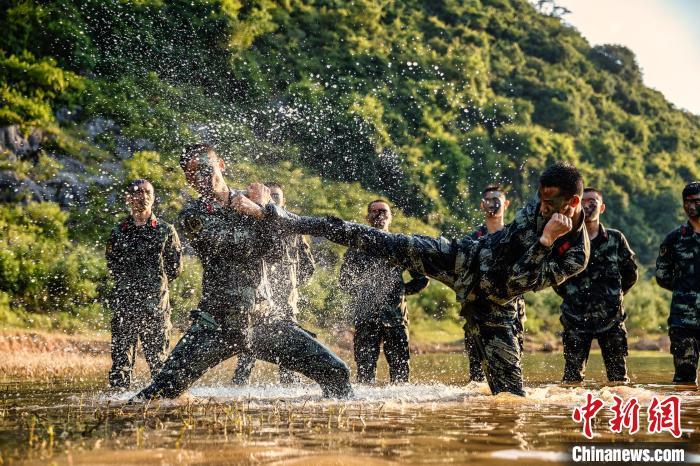武警官兵进行水上擒敌对抗训练,磨砺勇于厮杀的血性意志。 张宸硕 摄