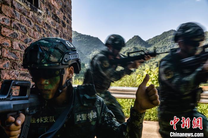 武警官兵开展野外驻训,锤炼官兵实战技法。 张宸硕 摄
