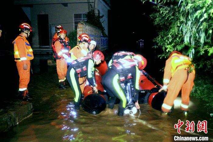 商洛市洛南县蒙受暴雨洪涝灾害,消防实行救济。商洛消防供图