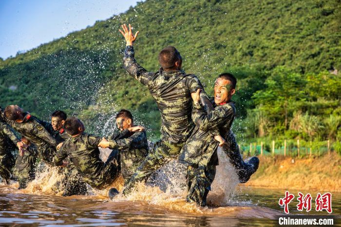 武警官兵在水上实打实贴身肉搏,考验实战本领。 张宸硕 摄