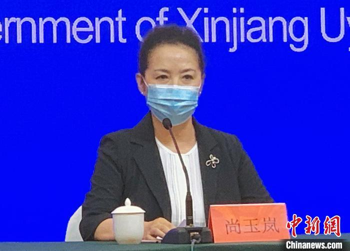 乌鲁木齐市人民当局副秘书长尚玉岚在消息公布会上回覆记者提问。赵雅敏 摄