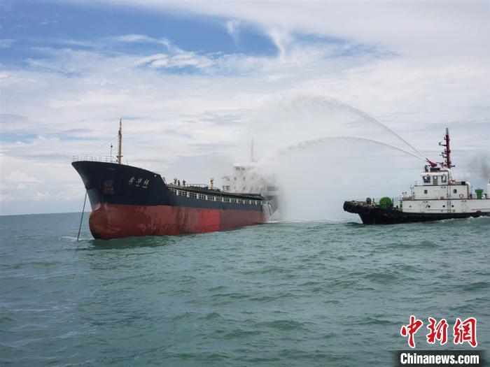 货船在广西北部湾海面起火 11名船员遇险获救