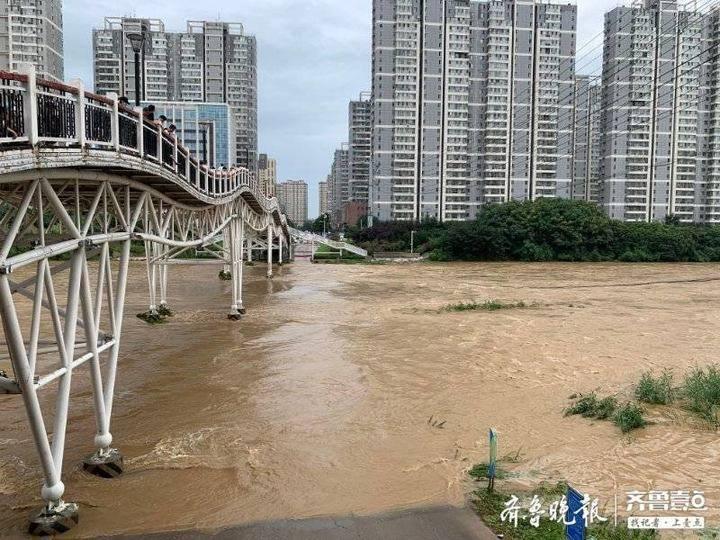 滕州暴雨丨3辆私家车大意停桥底,上游水库泄洪被冲走