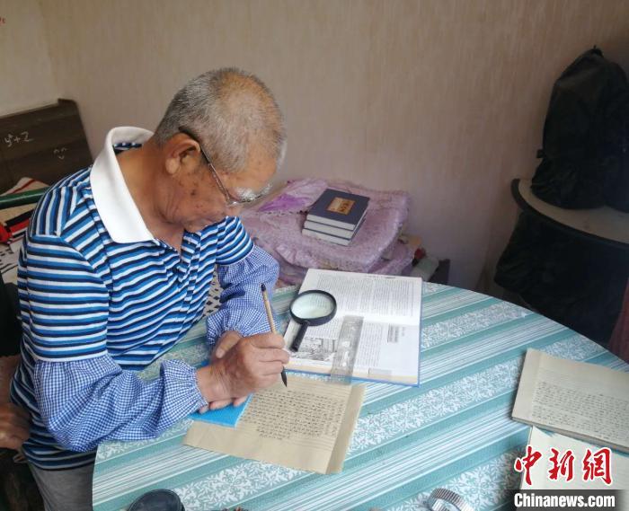山西古稀老人手抄四大名著 5年抄写120余万字(图)