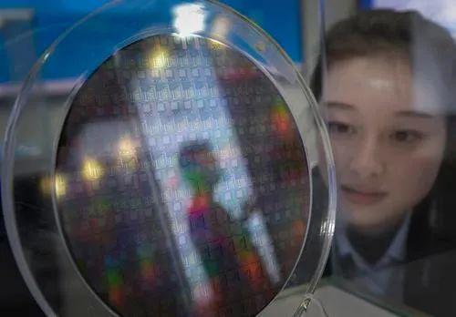 电合微联有中央子公责任限自展示司的研发主导吋先8艺色工特产台平生018的光米硅纳工构性结片批首程辉张锦。 摄。