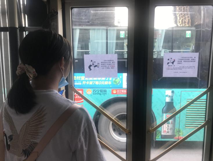 长沙一公交车上贴趣味物理题走红,出题司机:提醒乘客少玩手机