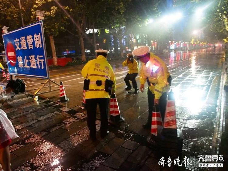 7日晚7:30,济南泉城路东端的青龙桥口已经被封闭
