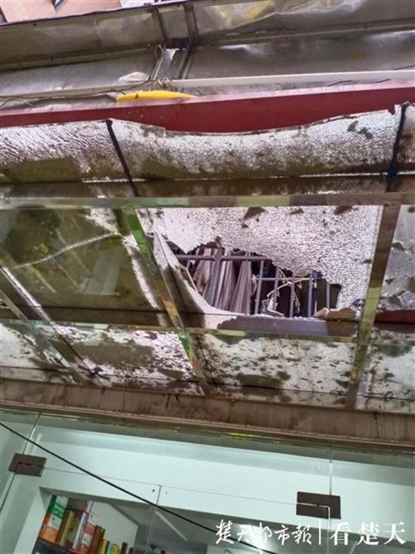 高层瓷砖脱落砸穿一楼玻璃,物业称将进行全面排查