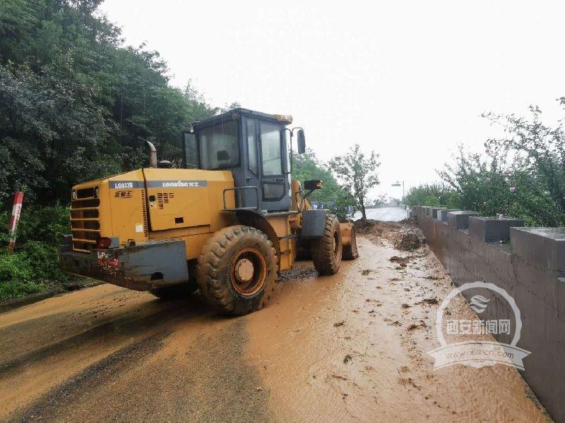 108国道塌方水毁严重多处道路中断禁止通行 西安公路管理局正在全力抢通
