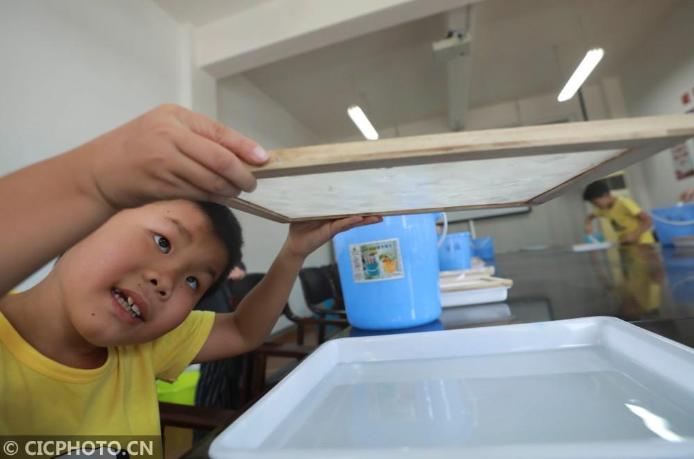 浙江舟山:体验古法造纸 感受传统文化