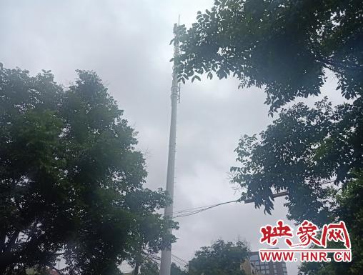 郑州一信号塔基座处塌陷两米深洞 路过市民请注意