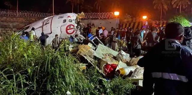事故现场,飞机断成两截。