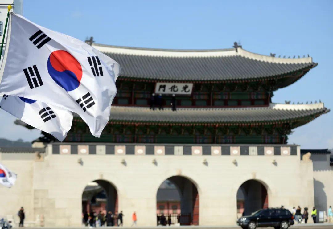 ▲资料图片:韩国首尔,韩国国旗在光化门城楼前飘扬。(新华社记者 刘昀 摄)