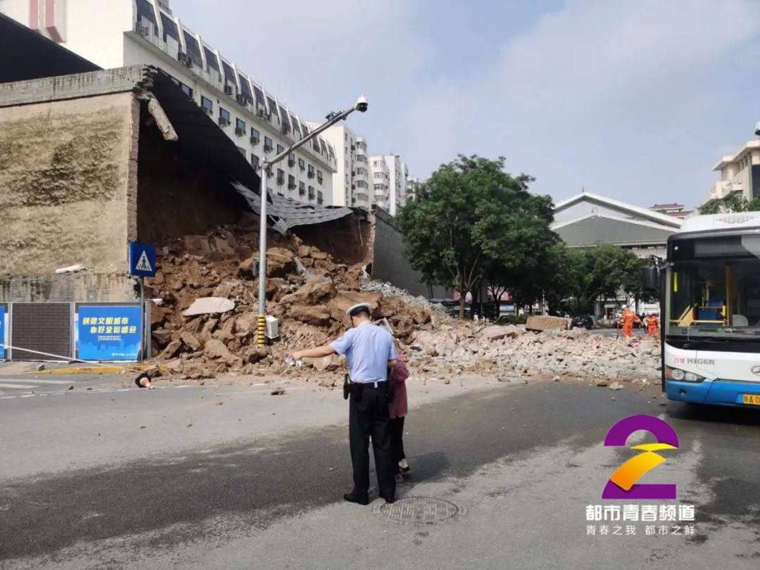 西安明秦王府一处城墙坍塌:多车受损 消防正救援(图)