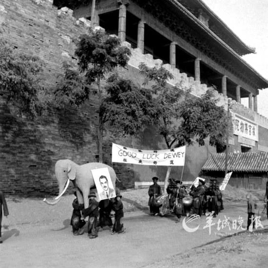 """1948年北平""""杜威助选""""游行,图源:羊城晚报"""