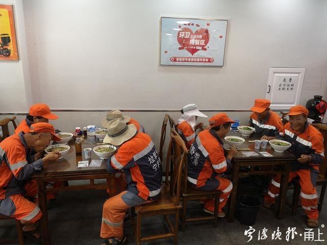 """宁波这家面馆""""很有爱""""每天中午请环卫工人免费吃面"""