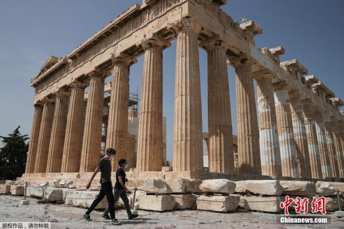 资料图:带着口罩的游客在参观希腊雅典卫城。