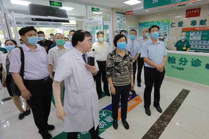 省卫健委党组书记、主任袭燕一行来山一大二附院调研疫情防控工作