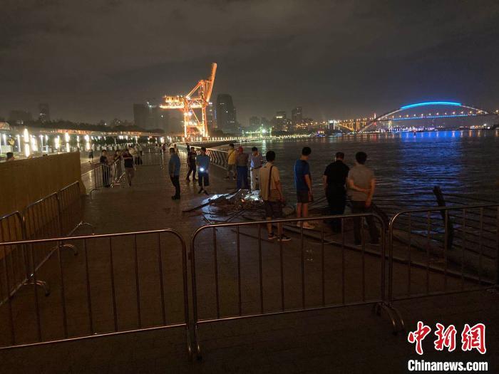 上海黄浦江一船只因操作不当撞上滨江码头岸线