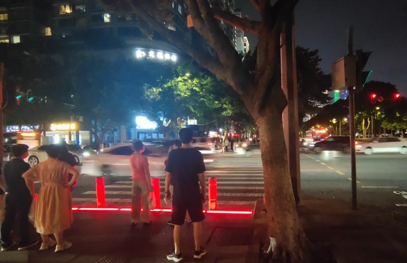 """太贴心!为了照顾""""低头族"""",广州把红绿灯装在了地上"""