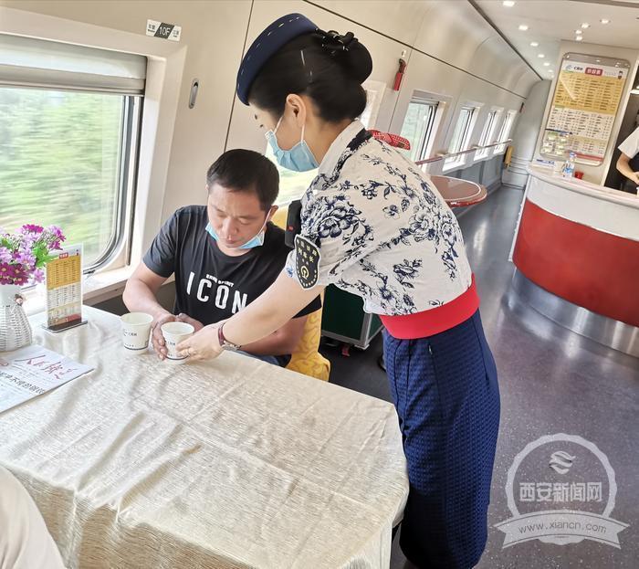 旅客突发急性肠胃炎 列车上众人紧急救助