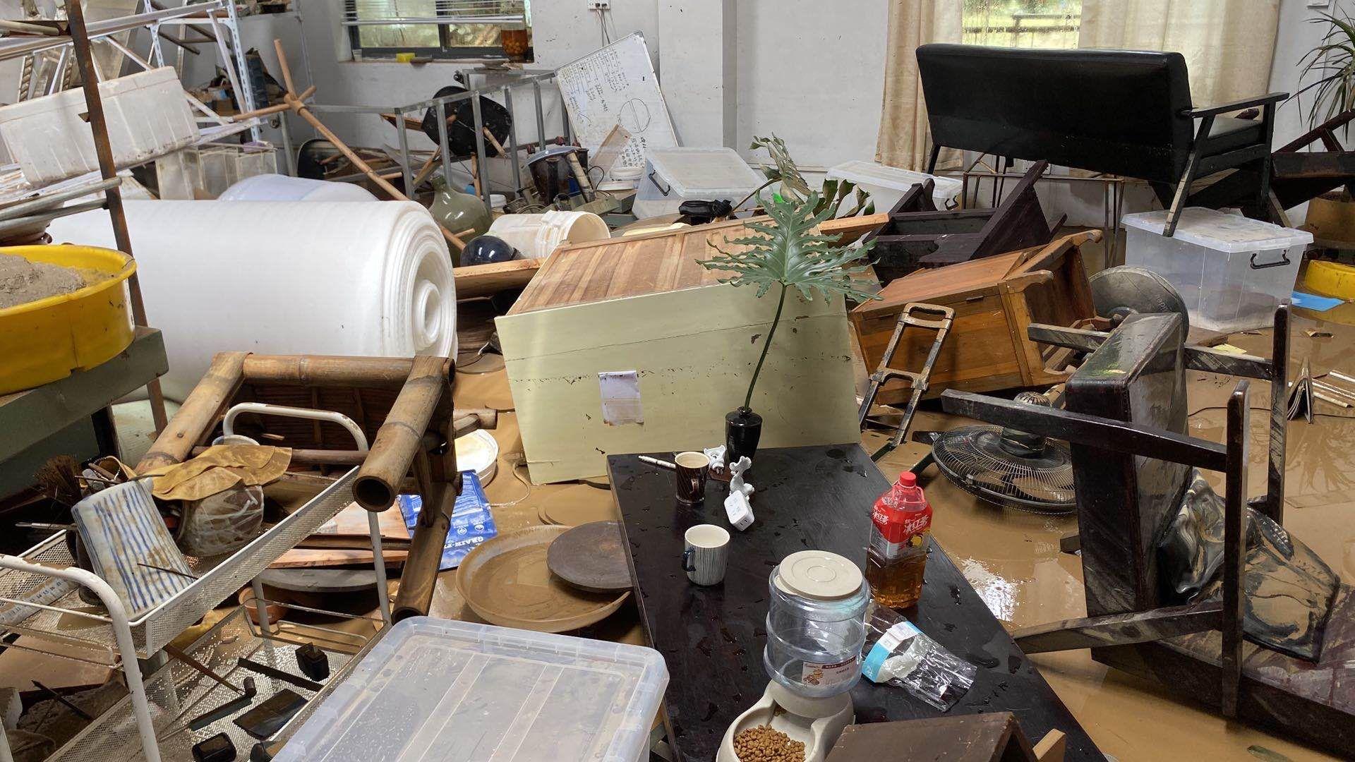 洪灾之后,事情室内壹片散乱。 供访者受图。