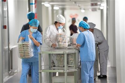 6月16日,地坛医院,清洁区内,护理人员准备将晚餐送入隔离病房。新京报记者 陶冉 摄