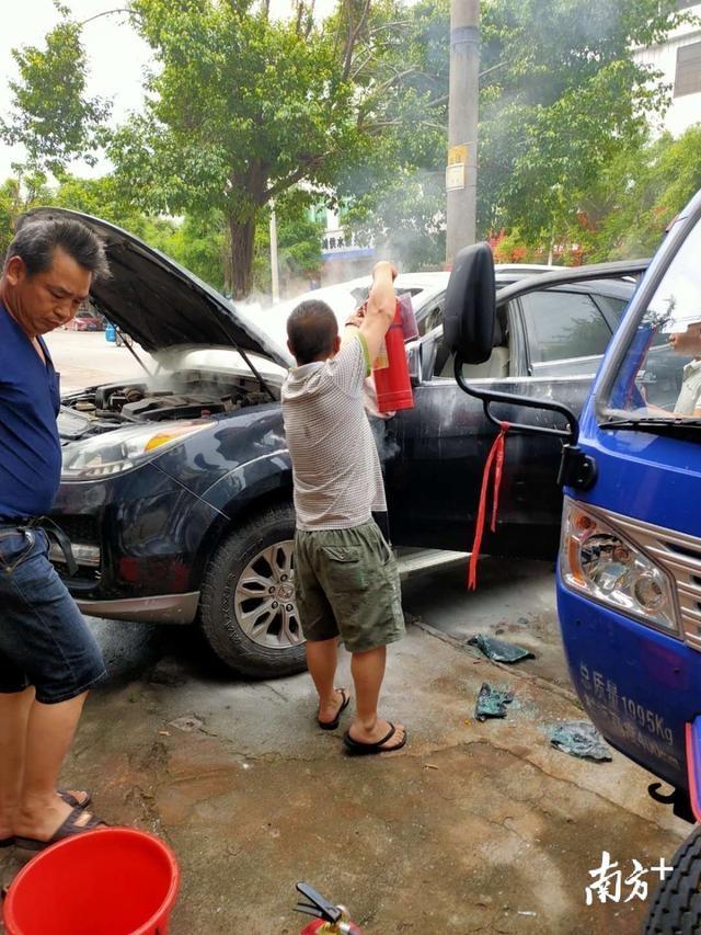 路遇小车失火,广州增城两位公交车长携手救火